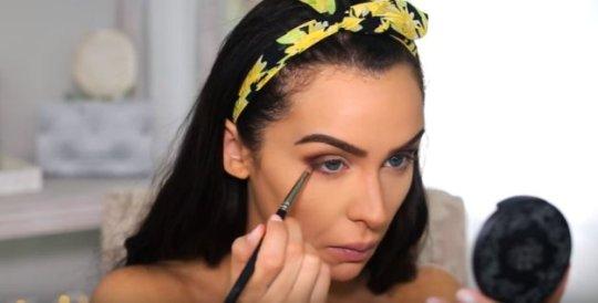 apply-to-lower-lash-boho-makeup-10