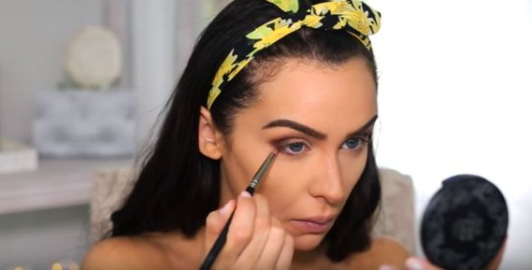 apply-to-lower-lash-boho-makeup-10